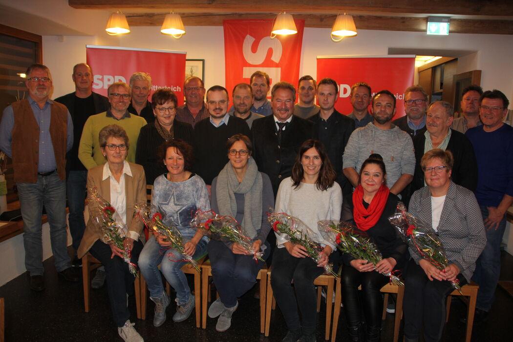 Die Kandidatinnen und Kandidaten mit SPD-Landratskandidaten Thomas Döhler (stehend 2 v.r.) und SPD-Kreisvositzender Brigitte Scharf (stehend 5. v.l.)